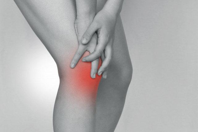 膝痛に悩む女性の写真